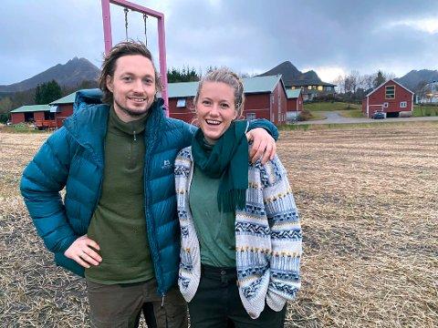 Trives: Dina Fonn Sætre og Henning Holand trives med sin nye tilværelse på gården der Henning vokste opp. – Vi føler oss veldig heiet fram av de eldre generasjonene av gårdbrukere. Vi setter også stor pris på at det er så mange andre unge gårdbrukere her på Engeløya, selv om vi er de eneste som dyrker potet, sier paret.