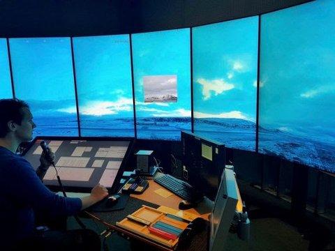 AFIS-fullmektig Eirik Steinvoll håndterer tårntjenesten ved Hasvik lufthavn fra Avinors Remote Towers Centre i Bodø. Foto: Avinor Flysikring