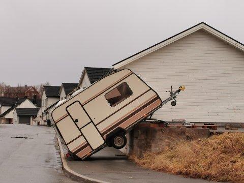 Det blåser kraftig i Salten. Det fikk eieren av denne campingvogna i Bodø erfare. Og verre skal det bli. Foto: AN-tipser