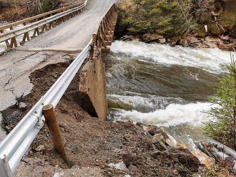 Veien til flere husstander langs Stupforsmoveien er stengt etter at kraftig regnvær vasket vekk deler av veibanen nært Dunderforsen bru over Grønfjellåga.