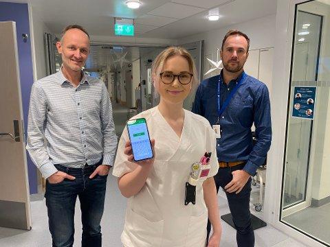 Tore Dunkas (Dips), Caroline Jørgensen Sadvary og Lars Eirik Hansen viser frem appen som har vært med og digitalisere Nordlandssykehuset.