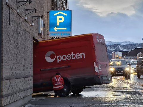 BOM FAST: Postbilen står bom fast på Narvik storsenter.