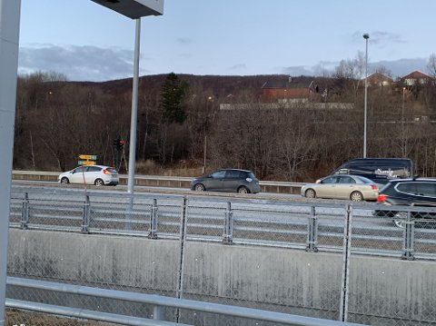 Det er bil nr.2 på bildet som skaper problemer for trafikkflyten på Mørkved.