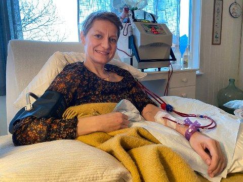 Takknemlig: Stina Isabel A. P. Nordine er veldig takknemlig over å ha fått tilgang på dialyseutstyr som gjør at hun helt på egen hånd kan utføre denne behandlingen hjemme hos seg selv. – Det er helt magisk, synes hun.