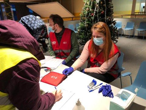 De frivillige registrerer seg i letingen etter 19 år gamle Nikolas Hafstad Hugås. Foto: Anders Bergundhaugen