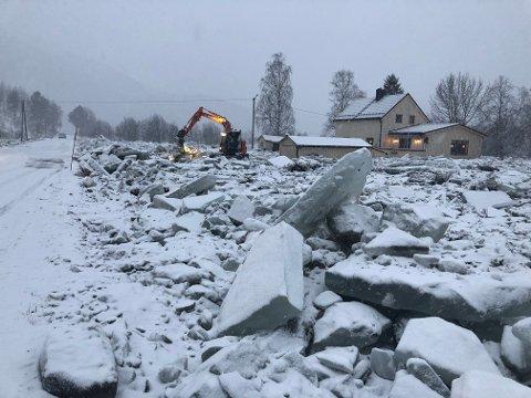 Værutsatt: Dette synet møtte befolkningen etter iselvas herjinger, og flere beboere måtte evakuere når elva gikk langt over sine kanter i januar 2020. Dette er en av flere hendelser denne vinteren.