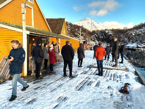 Overrasket: Kommunestyret i Hamarøy var på befaring på kaia på Skutvik. Flere var overrasket over hvor dårlig tilstanden var.
