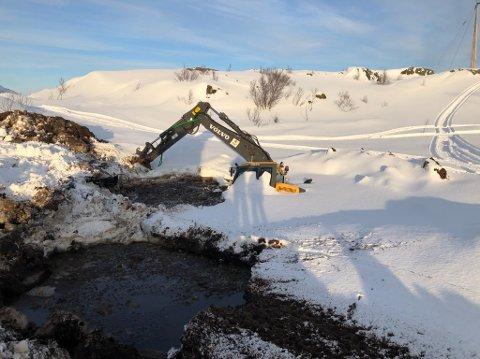 UHELDIG: Gravemaskinen til Frost Kraftentreprenør ligger nesten helt dekket av vann på Vikfjellet utenfor Bodø.