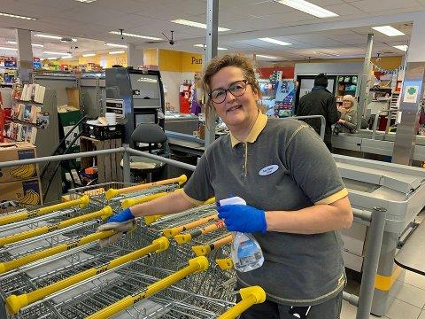 Stolt over innsatsen: Butikksjef Ann Helen Kristiansen er både rørt og stolt over innsatsen til de ansatte som jobber ekstra hardt, og over kundene som tar rikelig med hensyn med tanke på koronaviruset.