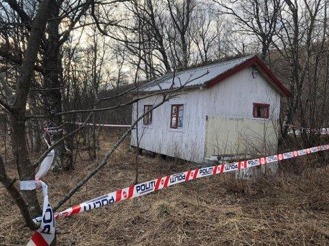 FUNNET DØD: Den rumenske mannen ble funnet i denne forlatte hytten i Fauske kommune. Nå er det klart hvor mannen skal begraves.