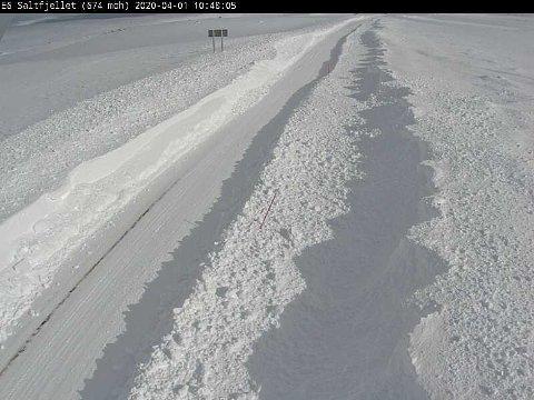 Fredag i 13-tiden var det kolonnekjøring over Saltfjellet på grunn av at det kun er ett kjørefelt. Mannskapene jobber på spreng for å få to kjørefelt slik at E6 kan åpnes.