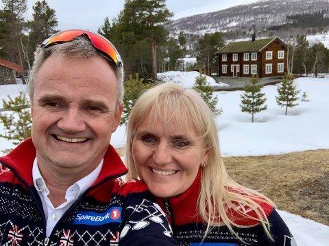 HYTTEOPPDALINGER: Jan-Frode Janson og Mariann Janson har funnet seg godt til rette i Trøndelag igjen, ett år etter hjemkomsten fra Nord-Norge. I bakgrunnen står familiens nye hytte.