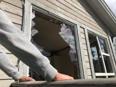 SKREMMENDE: - Det var skremmende å oppleve at heimen din blir angrepet, sier sønnen i slutten av tenårene som brakte moren over til naboen mens steinkastingen pågikk. I alt seks vindusruter ble knust.