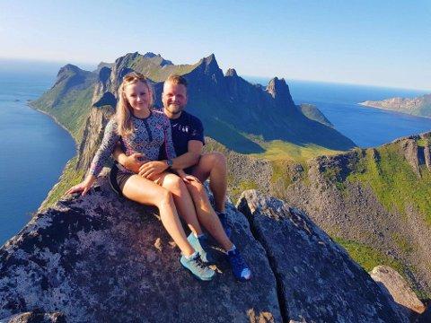 LYKKELIG GIFT: Det er bare vel tre måneder siden Marte Madeleine Johansen og Kristian Johansen giftet seg. Nå har de begynt å se etter en tomt som de kan bygge hus på i landlige omgivelser utenfor Bodø. Her fra en fjelltur på Senja i 2019.