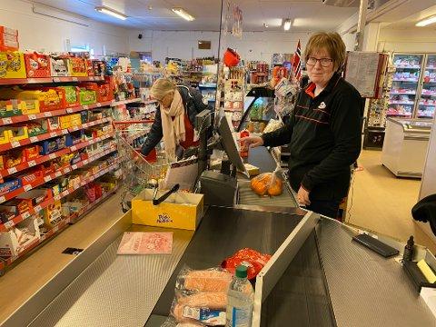 Midtpunkt:  Dagligvareforretningen til Nina Ingolfsen er et viktig samlimngspunkt i bygda. Både for lokalbefolkningen, fritidsboerne, andre besøkende og næringslivet betyr butikken veldig mye.
