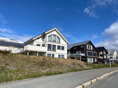 PROBLEM-HUS: Boligen (t.v.) i Strandfeltet på Kvaløya.
