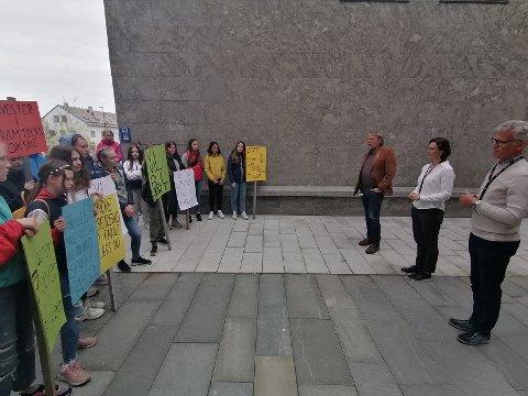 Varaordfører Ola Smeplass møtte demonstrantene sammen med leder for Velferdsutvalget Bente Haukås og undervisningssjef Tore Tverbakk.