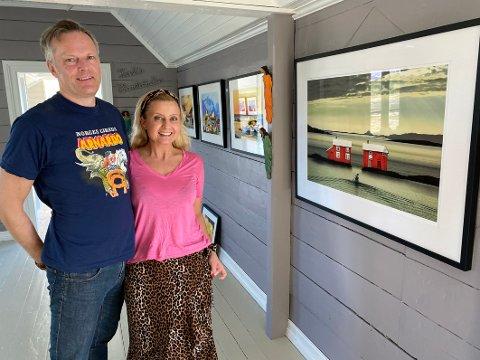 Kunstjubel: Bjørn Wiik og Siri Nilsen debuterer som gallerister i sommer. De har fått en start langt bedre enn de kunne forvente. Senere i sommer skal da arrangere kulturuke med konserter i galleriet sitt på Tranøy.