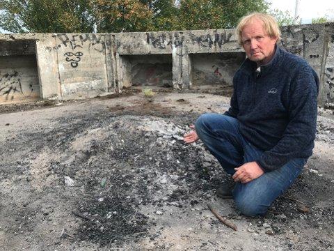 Trist: – Det er viktig å ta vare på denne delen av historien. I dag flyter det dessverre av bålrester og søppel her, sier Frode Kirknes.