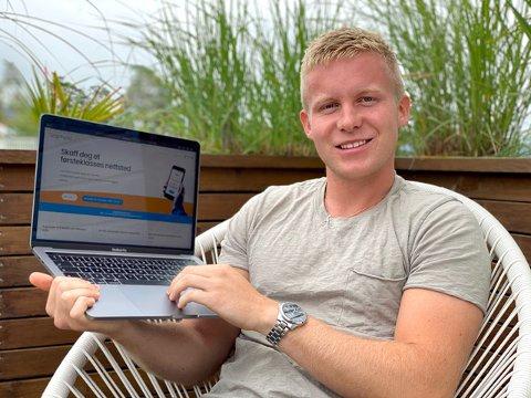 Bjørn Henrik Slotten (20) viser fram nettsiden til bedriften hans, Graphy.no