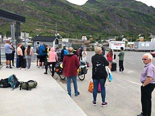 MÅTTE BLI IGJEN: Mandag ettermiddag måtte mange passasjerer stå igjen på fergeleiet da ferga fra Moskenes til Bodø gikk.