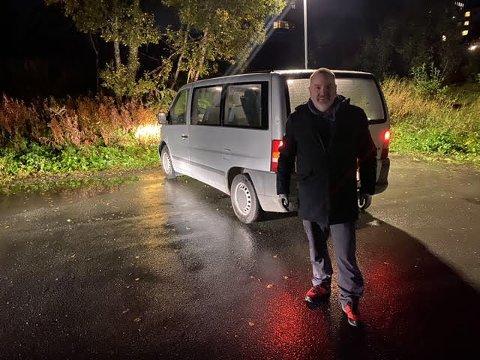 FANT VAREBILEN: Her, på parkeringsplassen ved Prestvannet skole, sto Bengts varebil søndag kveld.