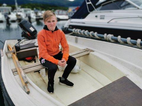 Simon Myrvang (14) i redningsfartøyet sitt.