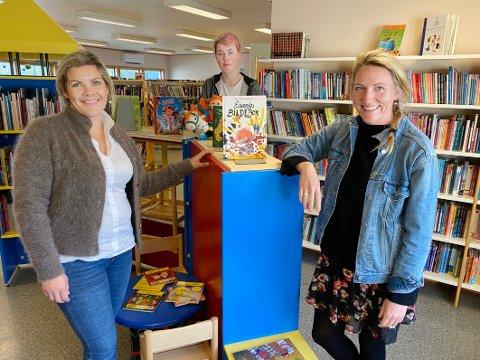 Økt satsing: Både biblioteksjef Maria Almli (t.h.) og ordfører Aase Refsnes ønsker mer satsing på bibliotekene i distriktene. I bakgrunnen lærling Henning Overholdt Pedersen.