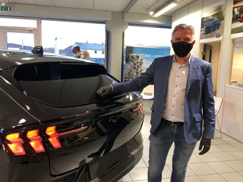 Bruktbil er viktig for Ford-forhandler OIe Kristian Os og hans  kolleger i Salten. Her avbildet ved sin helelektriske Mustang Mach-E.