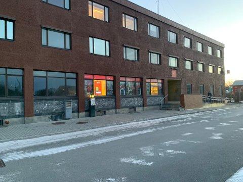 Mulig smitte: Postkontoret holder stengt mens det vaskes ned. Grunnen til det er mulig koronasmitte blant de ansatte.