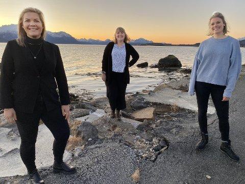 Fornøyde: Både ordfører Aase Refsnes (t.v.), leder for fiskehelse og settefisk i Cermaq, Marit Holmvaag og veterinær Elisabeth Faureng i Cermaq, er fornøyde med samarbeidsavtalen som er inngått.