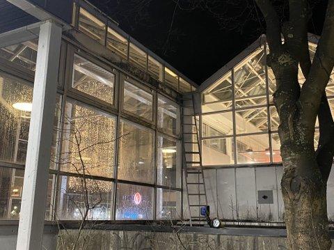 En og en halv time før flammene sto fra taket på Glasshuset hadde politiet og brannvesenet allerede vært og sjekket ut en mistenkelig lukt. Foto: Pernille Tømmerås