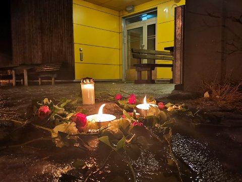 Blomster og lys ved Svolvær skole lørdag kveld.  Foto: AIdem Media / NTB