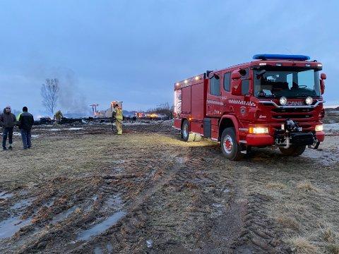 Helt nedbrent: Turistanlegget som var under oppføring brant fullstendig ned i den sterke vinden. Brannmannskapene måtte konsentrere seg om å hindre at brannen spredte seg.