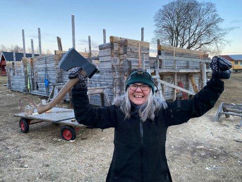 Drømmehuset: Humøret til Jørgine Lillehaug er fortsatt på topp selv etter mange års arbeid for å realisere drømmen fra yngre år om en gang å bygge sitt eget tømmerhus. Nå er hun snart ferdig med den 2,40 meter høye hovedetasjen.