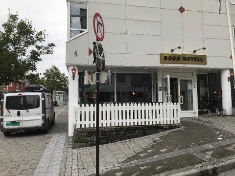 Kvinnen må i fengsel etter ransforsøket på Bodø hotell. Hun må også ut med over hundre tusen kroner.