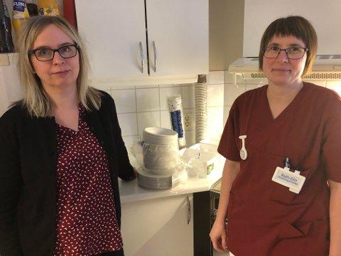 Virksomhetsleder Elisabeth Lilleeng (t.v.) sammen med helsefagarbeider Ruth Elin Nilsen, og alle engangskoppene og -fatene de nå bruker. De syns det er surrealistisk å få beskjed om ikke å vaske klær eller dusje, men er optimistiske.