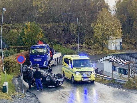 Nødetatene kom raskt til stedet da en bil havnet på tak på Alstad i formiddag.