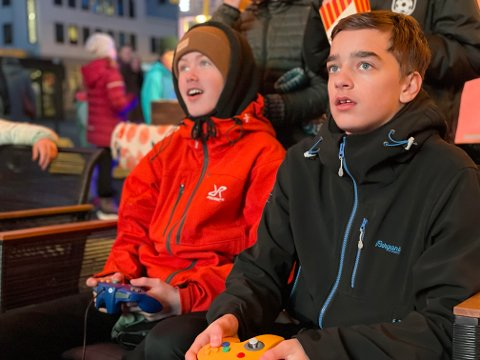 Loki (til venstre) og Mathias fokuserer hardt under tre runder med Mario Kart på torget i Bodø fredag kveld