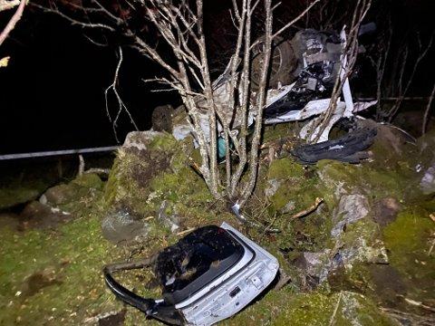 SATT FAST: En av de to i bilen satt fast og måtte berges ut av redningsmannskapene.