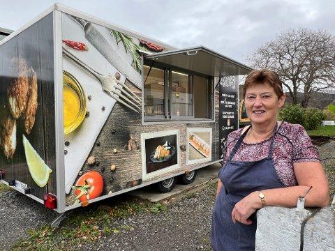 Trives: Helga Karlsen trives godt med å jobbe på landjorda og ikke minst inne i den nye og flotte vognen sin der hun både produserer og selger fiskemat.