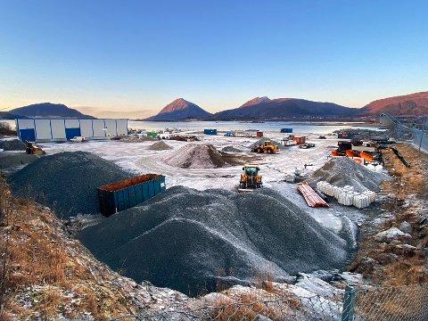 Kaiplaner: Det er på dette nokså nyetablerte industriområdet at det skal bygges ny kommunal kai til 20,6 millioner. Planene støttes med ti millioner av Landbruksdirektoratet, og 1,5 million av Nordland fylkeskommune.