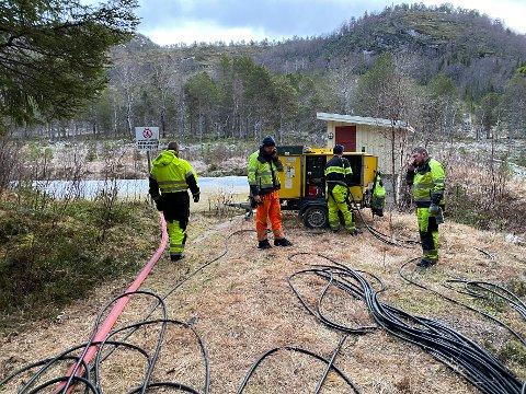 Vann: Mannskaper fra Sivilforsvaret og kommunen har i mange dager jobbet iherdig for å etterfylle vann i det tomme vannmagasinet.