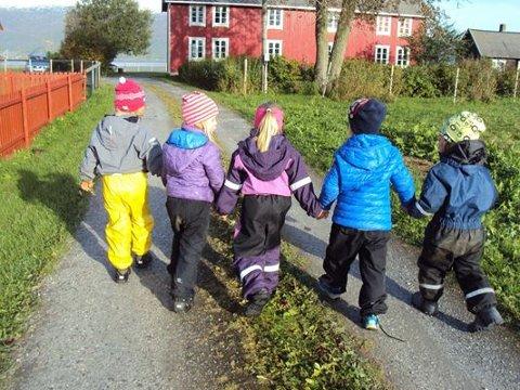 Trives: Både barn og foreldre er tilsynelatende svært fornøyde med Stemland gårdsbarnehage i Fauske.