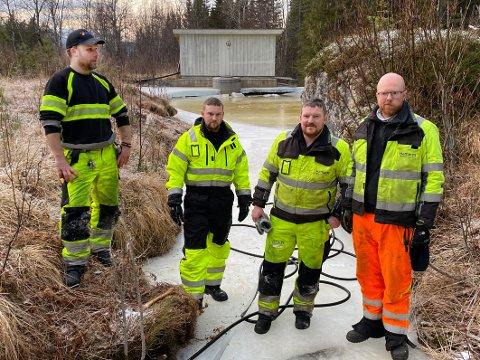 Roser: Fagsjef Erlend Meisal (t.h.) roser utearbeiderne i kommunen for sitt bidrag til å skaffe vann til de områdene som sliter med vannforsyningen. Fra venstre Arnt-Ivar Ovaldsen, Christer Andreassen og Tom Eirik Andreassen.