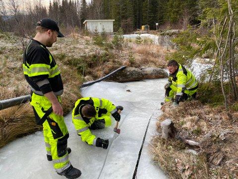 På hugget: I Hamarøy må Christer Andreassen bruke øks for å få løs tineslangen som har frosset fast under svullis.