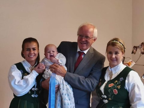 Leif-Arne Knutsen sammen med døtrene Therese Marie (til venstre) og Tonje Louise (til høyre) i barnebarnet Casper (midten) sin dåp.