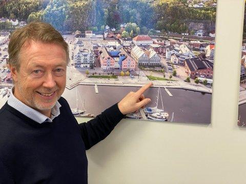 På denne trekanten kan det bli sommerservering: Øistein Hjelmtvedt, Holmestrand Utvikling AS, ser det som et spennende og attraktivt tiltak med sommerservering på brygga. Foto: Pål Nordby