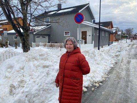 Tove Arfeldt (66) er lite fornøyd med brøytingen i Torgny Segerstedts vei.