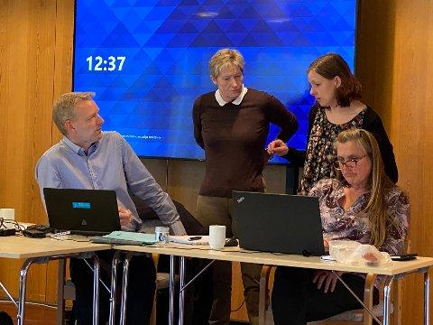 Økonomiprat: Kommunedirektør Eirik André Hopland i diskusjon med økonomileder Ann Aashild Hansen (i midten) og ordfører Britt Kristoffersen.